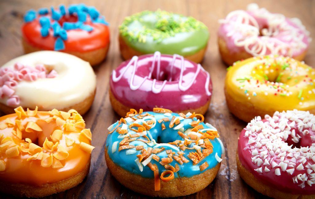 Пончики украшенные цветной глазурью
