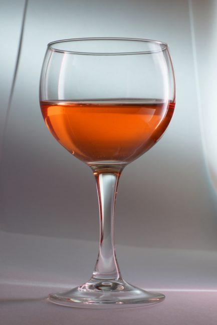Бокал вина из клюквы