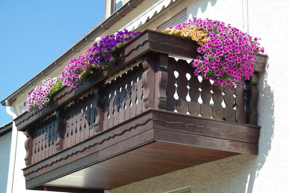 Оформление балкона с помощью разных сортов петуний.