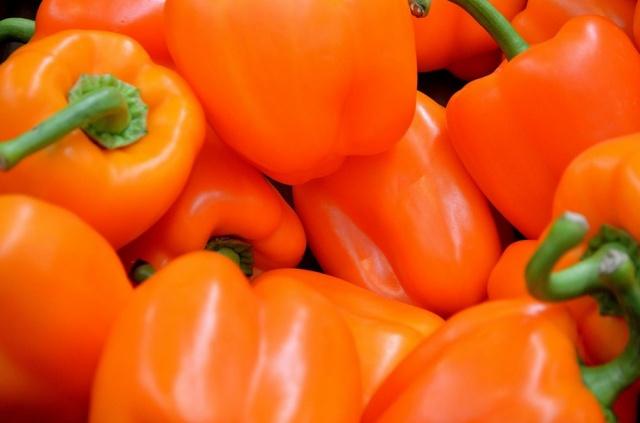 Оранжевые плоды перца Биг мама.