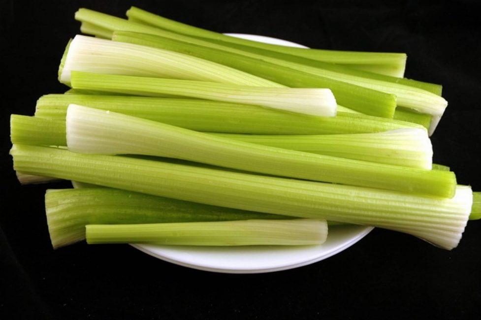 Съев 2 черешка селеры можно восполнить суточную норму витаминов A, C на 20%