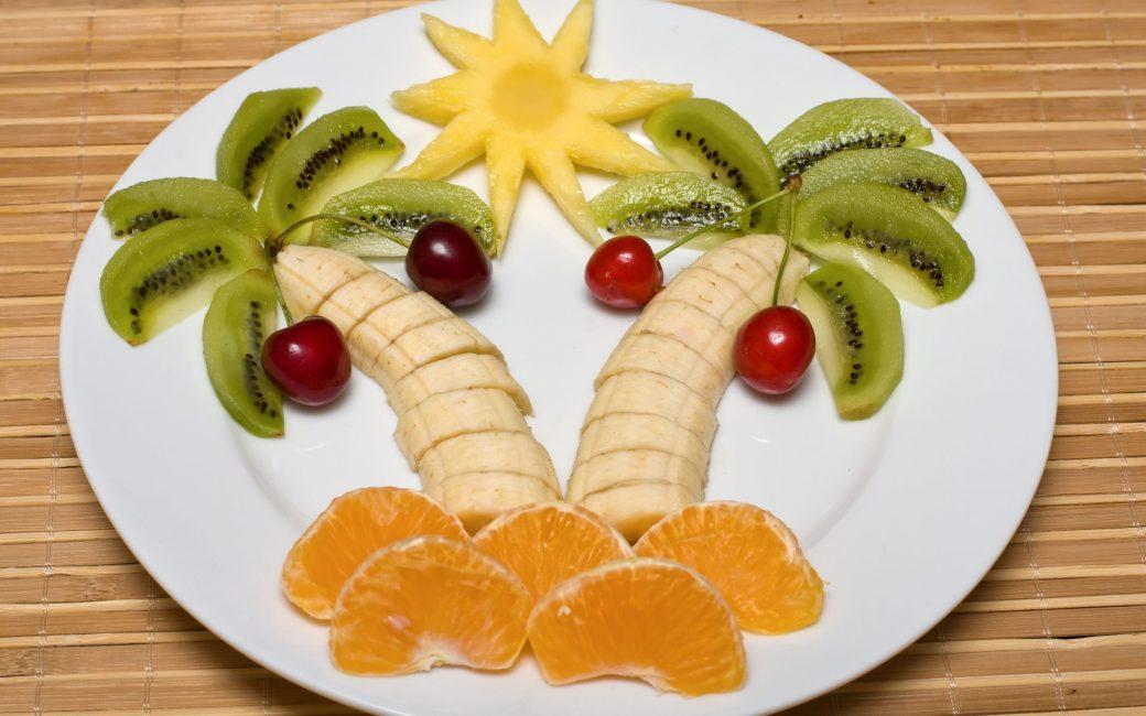 Картинка на тарелке из фруктов для детей