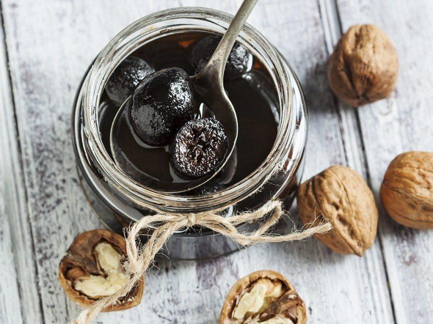 Варенье из грецких орехов по этому рецепту очень похожи на обычный чернослив.