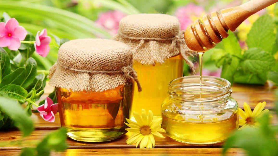 Для чего бы не применялся зверобой в народной медицине, нигде нет указаний, что его нельзя принимать, не сдабривая горькое питье мёдом