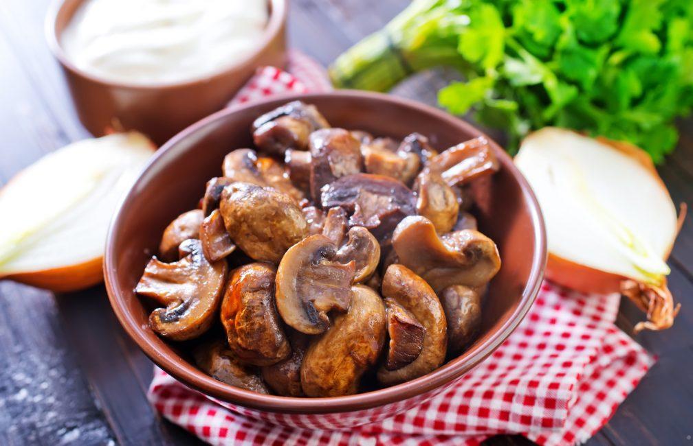 Хозяйки жарят их, закручивают, добавляют в салаты и маринуют.