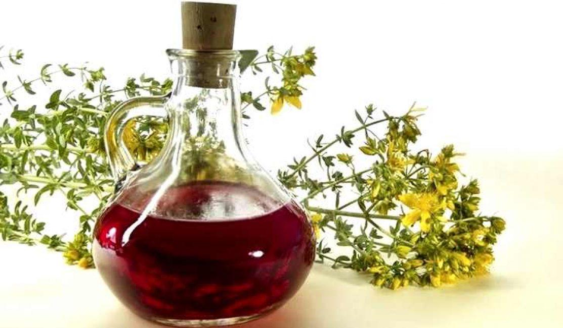 Любители домашних ликёров и настоек знают, что для получения крепкого горького напитка типа «Вермут», достаточно поместить в бутылку цветки растения