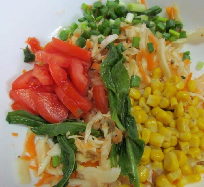 Салат с консервированными помидорами и кукурузой
