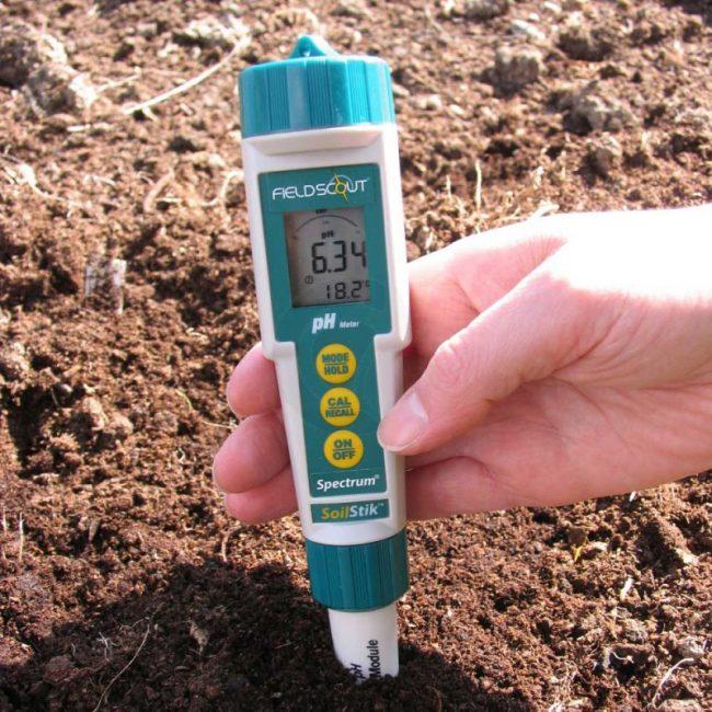 Прибор для определения кислотности почвы рН – метр.