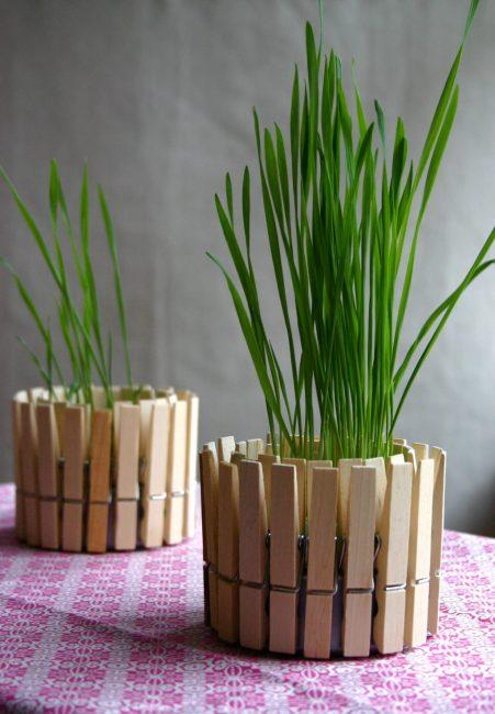 Оригинальный декор кашпо с помощью деревянных прищепок