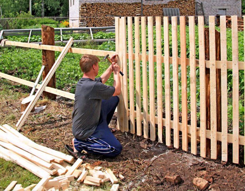 Штакетный забор на деревянных опорах