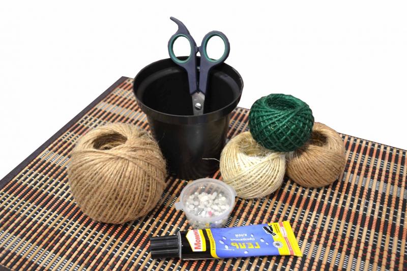 С помощью недорогой бечевки из джута можно получить изделие, стилизованное под старину.