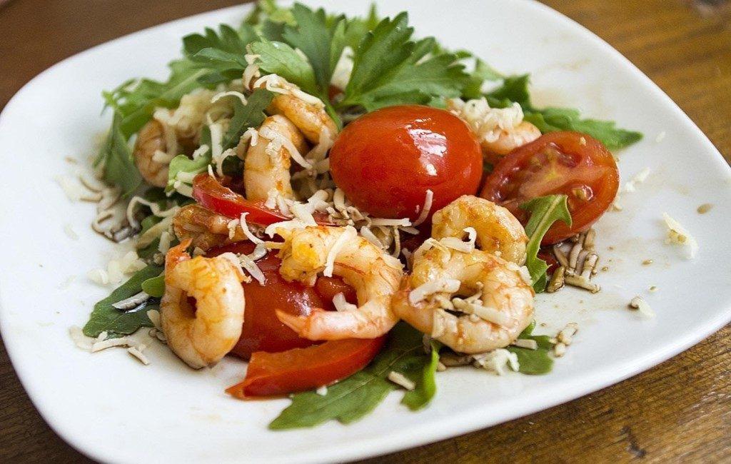 Салат с креветками и консервированными помидорами