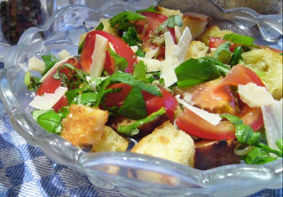 Хлебный салат с томатами