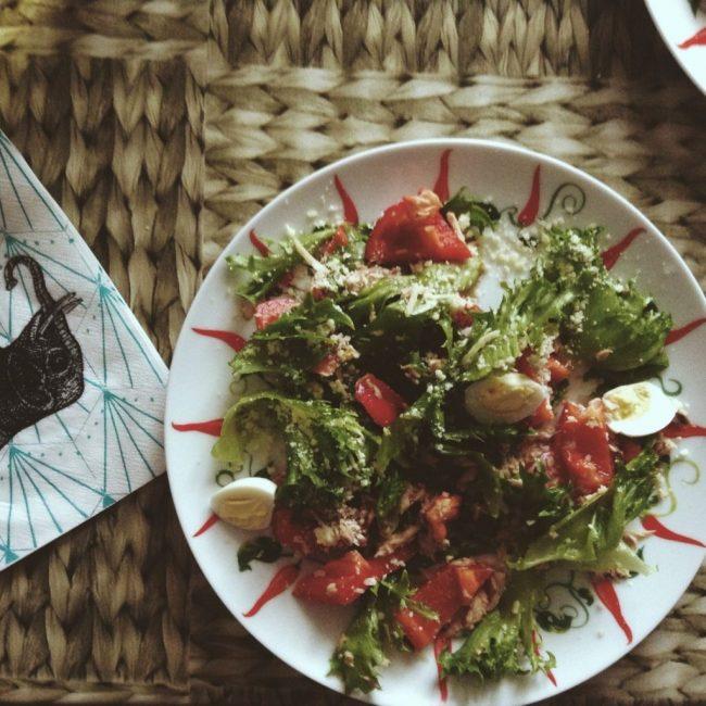 Салат с тунцом и консервированными помидорами
