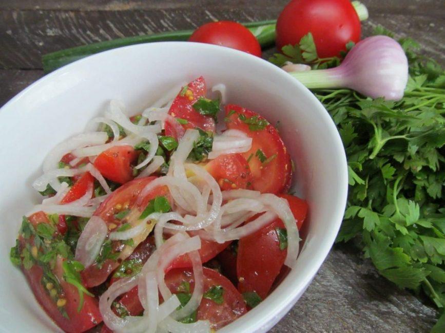 Салат из красных маринованных томатов