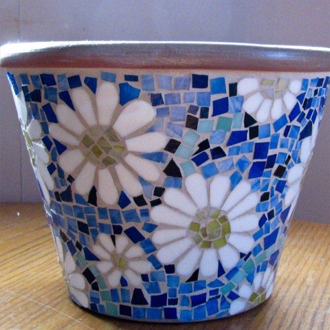 Цветочный горшок, декорированный мозаикой