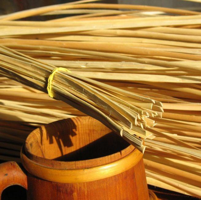 Для плетения используют как неочищенные прутья, так и ветки с полностью удаленной корой.