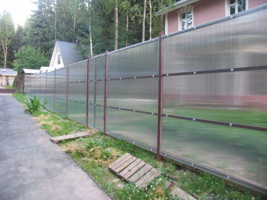 Полупрозрачный поликарбонат хорош и тем, что способен пропускать свет, и забор из него не будет затенять растения.