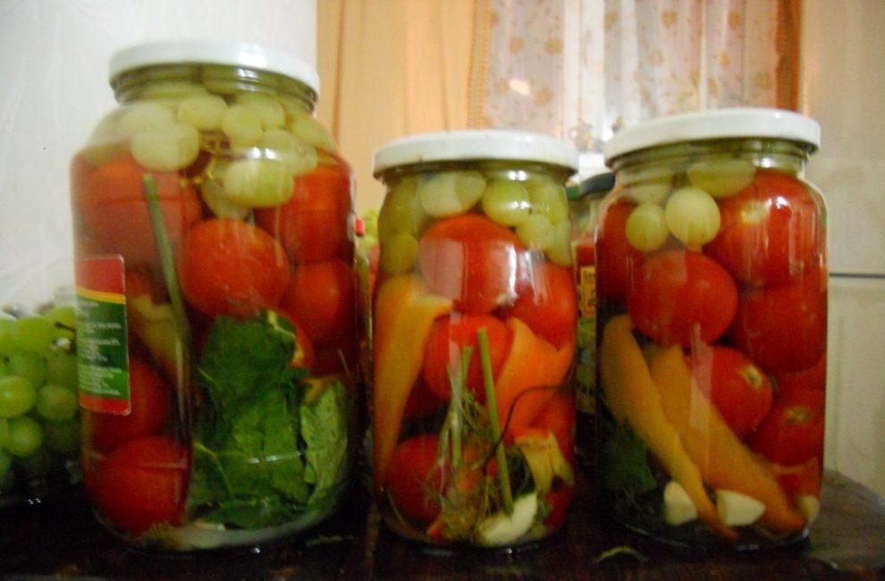 Салат из консервированных черри и винограда