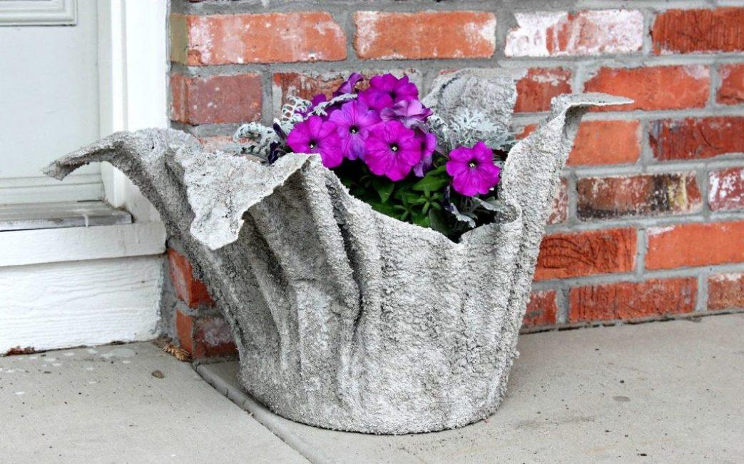 Сделать кашпо для цветов из цемента и ткани - необычайно просто