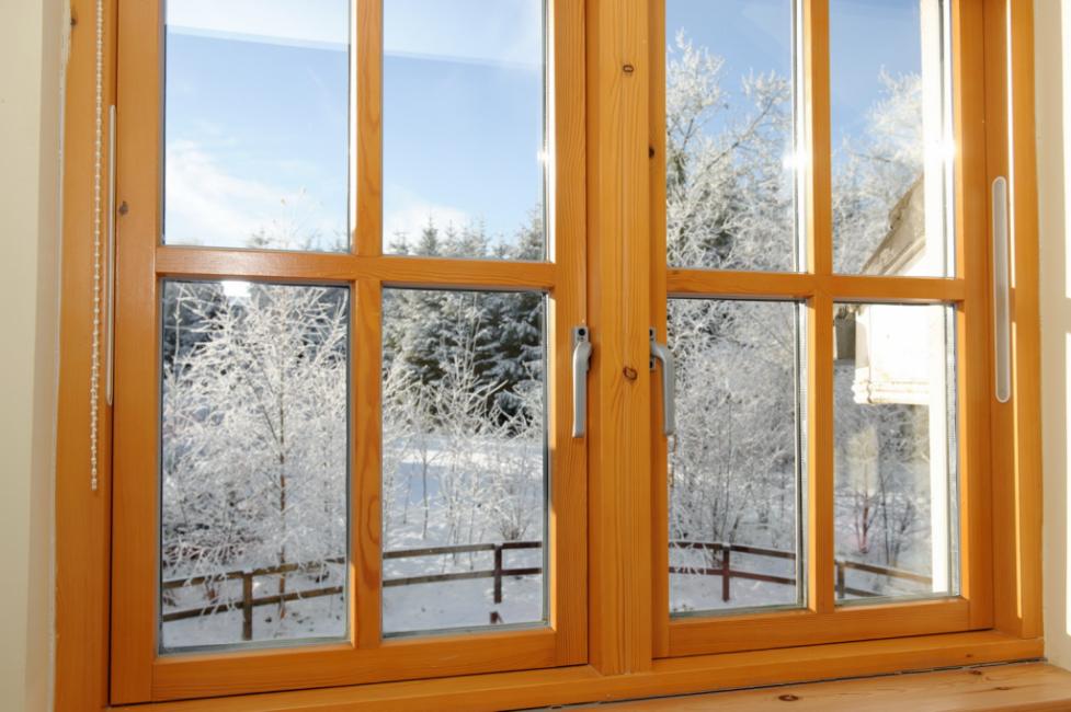 Деревянные окна потеют редко, но при появлении этой проблемы нужно срочно принимать меры