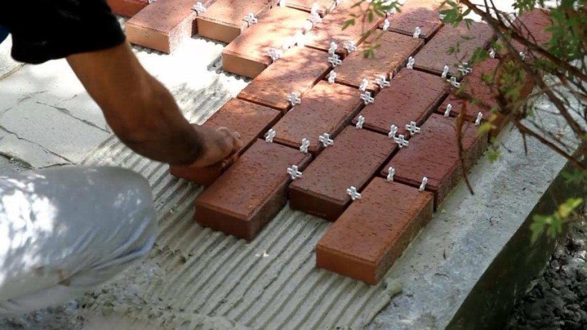 Для получения равных по размеру швов используйте пластмассовые крестики