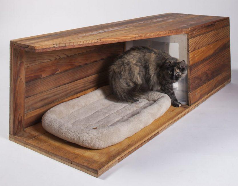 Домик для кота, сделанный из досок