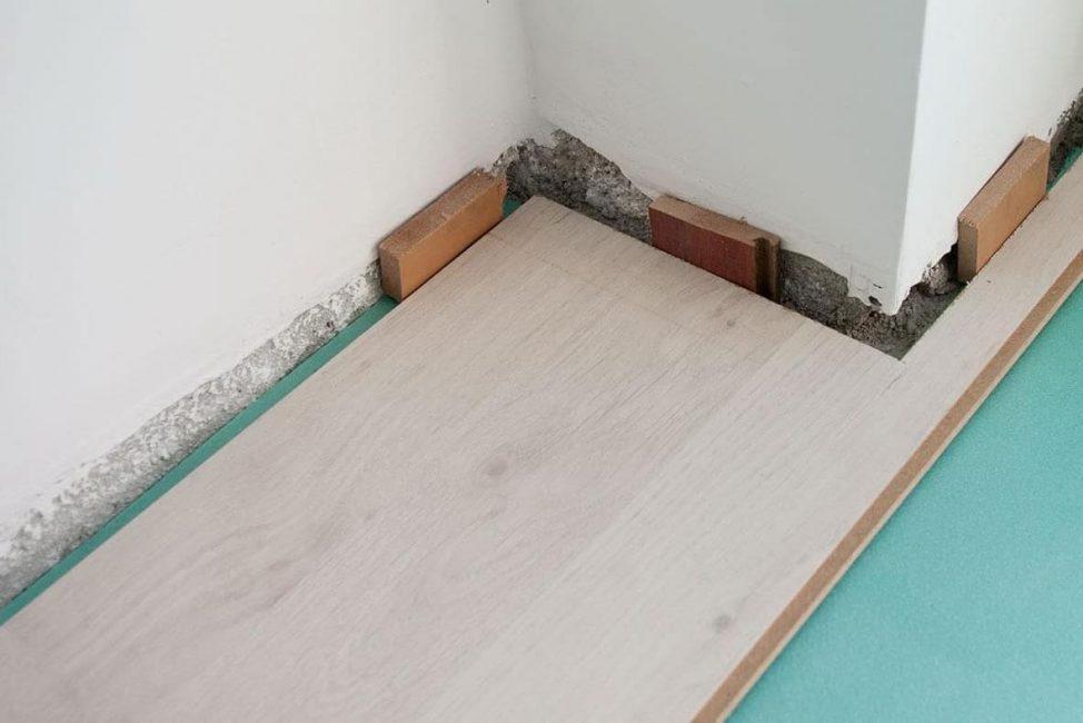 Клинья для стыков делают из остатков фанеры или других строительных отходов