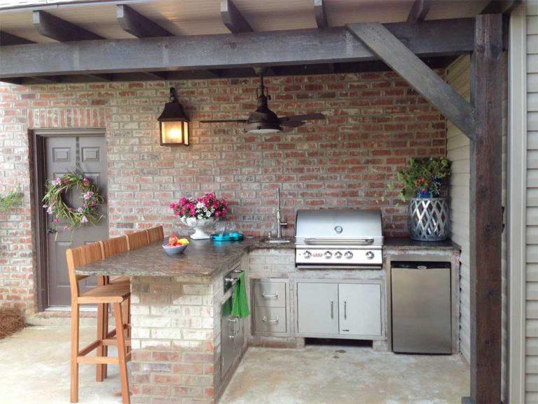 Летняя кухня, одна из стен которой является капитальной