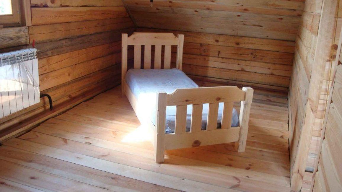 Небольшая кровать из дерева