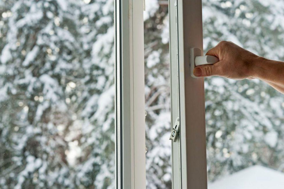 """Регулярное проветривание важно для профилактики """"росы на окнах"""", и для здоровья человека."""