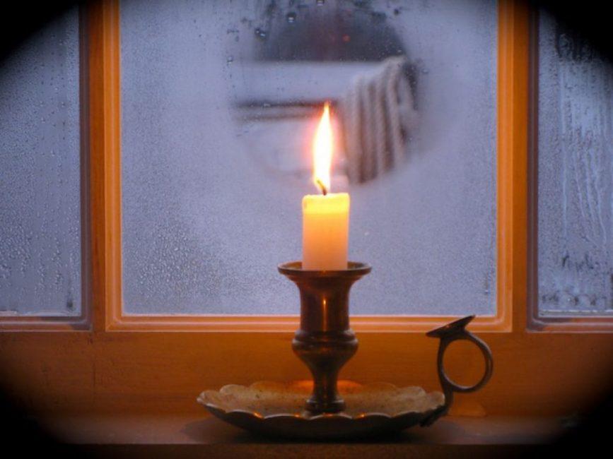 """Старый и проверенный способ бороться с """"росой"""" и наледью на окне - свеча."""
