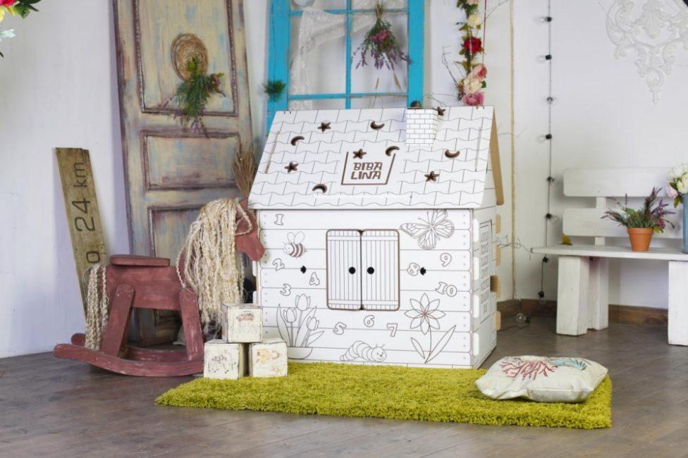 Детский домик, сделанный из картона