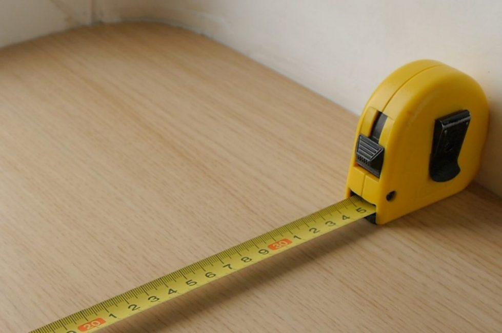 Перед покупкой ламината нужно провести точный замер полов помещения