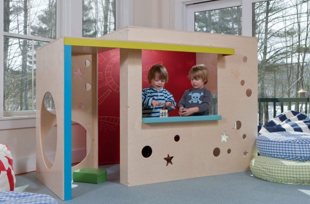 Детишки в игровом домике