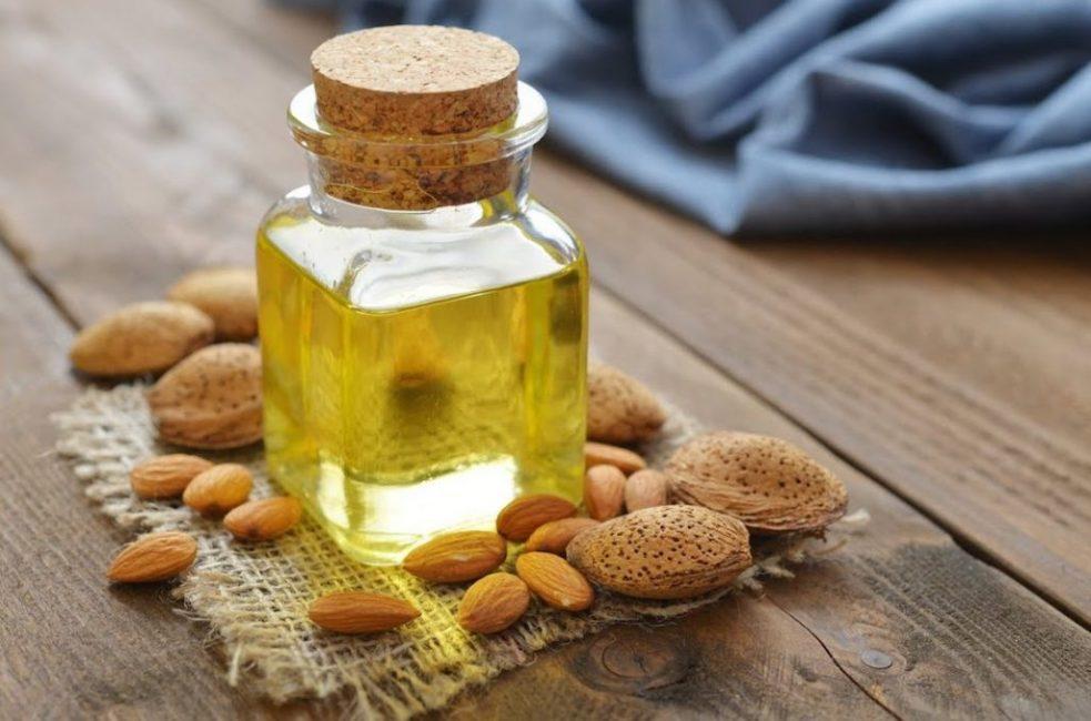 В равных количествах смешать масло миндаля и рукколы