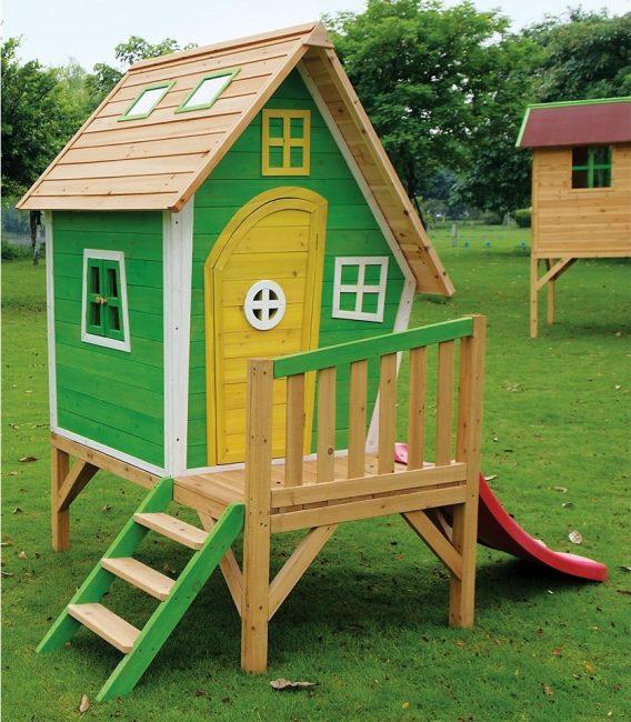 Деревянный домик с приставной горкой