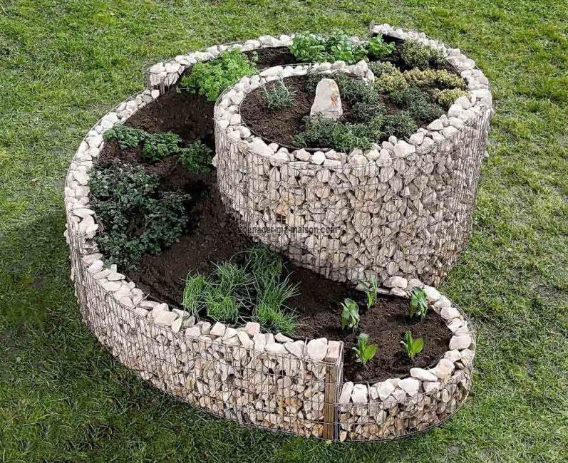 Использование камней для создания клумбы