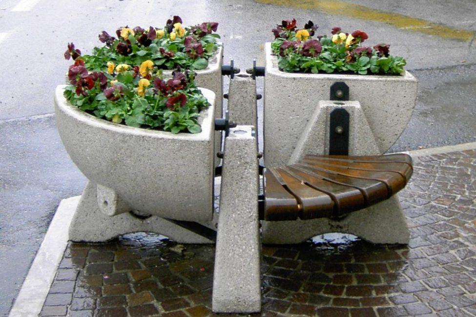 Необычный бетонный цветник с сиденьем