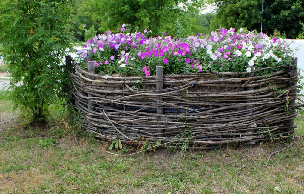 Плетеная ограда для клумбы