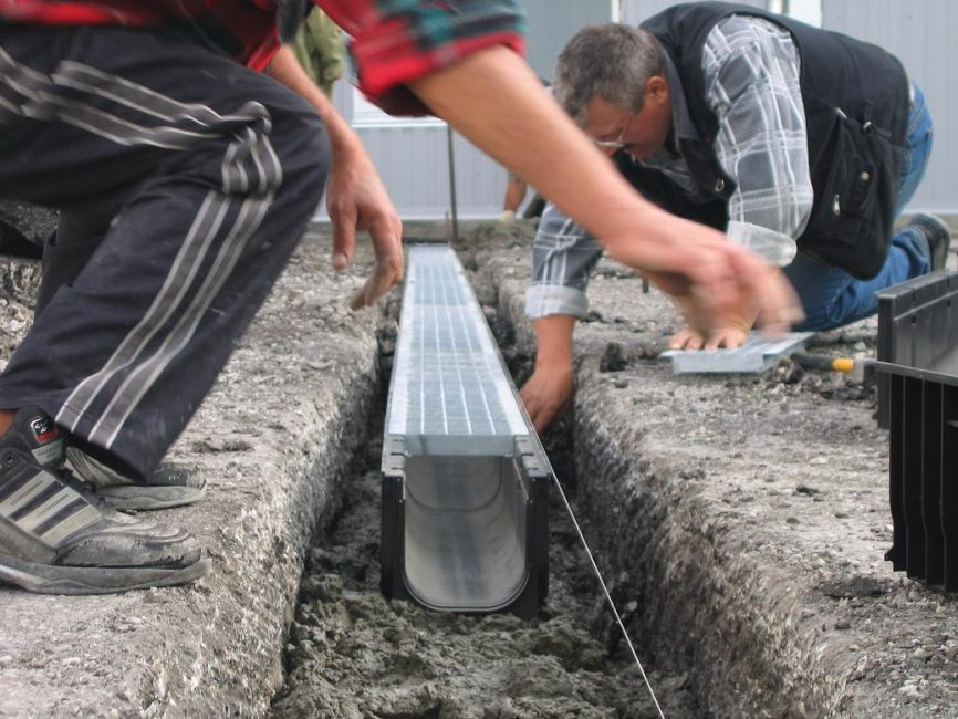 Прокладка дренажных лотков для отвода воды
