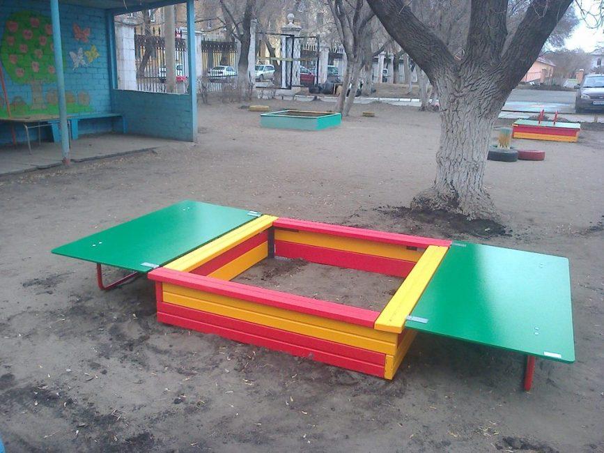 Сооружение с откидной крышкой-лавочкой