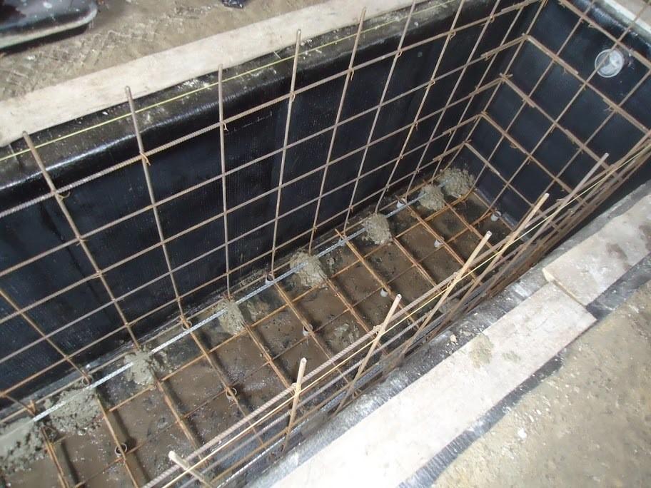 Бетонные стены ямы укрепляют арматурой