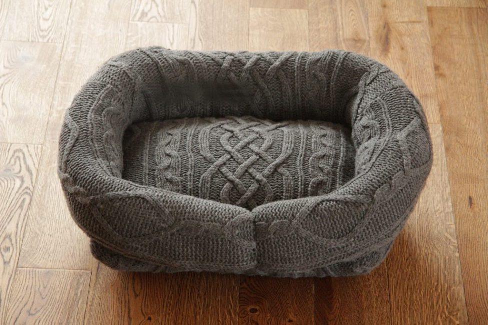 Ложе для собаки из старого свитера
