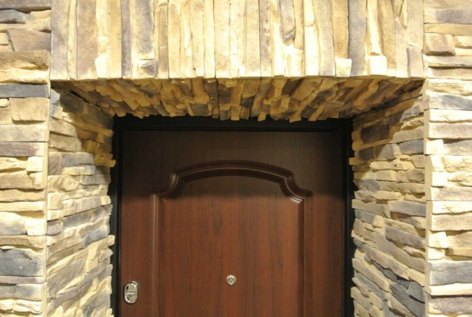 Отделка дверного проема искусственным камнем