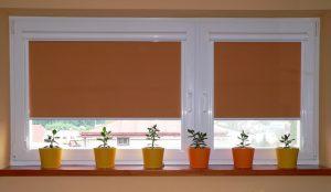 Как повесить рулонные шторы на пластиковые окна без сверления: все про монтаж и выбор изделий | Видео