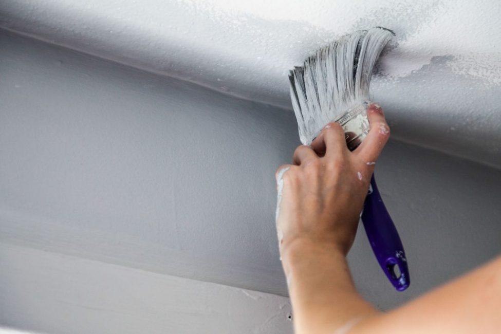 Покраска потолока – недорогой, но эффектный способ обновить внешний вид помещения и украсить его