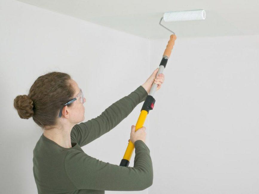 Качественное покрытие быстро сохнет, не пахнет, маскирует недостатки потолка и имеет низкий расход