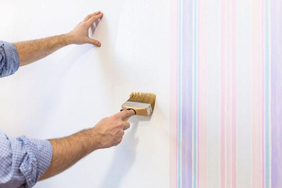 Мягкой кистью распределите субстанцию по стене