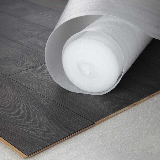 Пенополиэтилен – самый распространённый материал для изготовления буферного слоя между черновым полом и покрытием